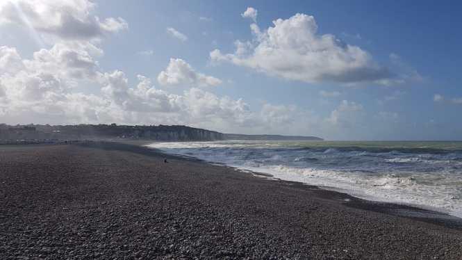 kamienista p[laża i klify w Normandii dieppe