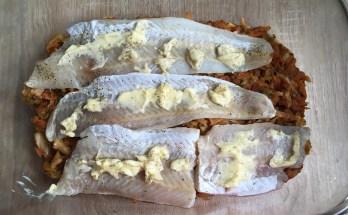 Pieczony filet rybny na młodej kapuście