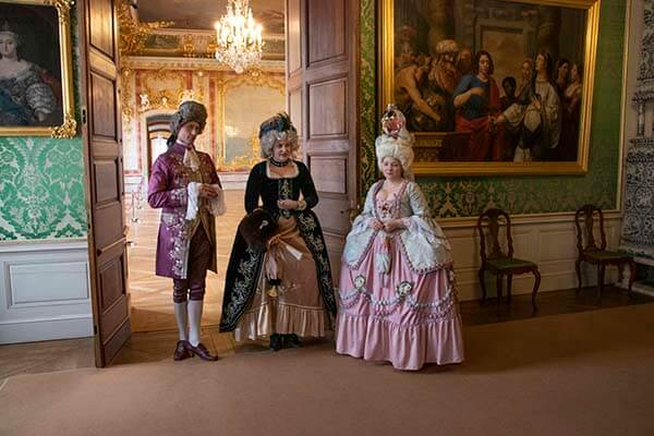 Tour guides dressed in 18th century outfits