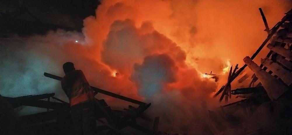 21 yıl önce yanan kereste fabrikası yine alevlere teslim oldu
