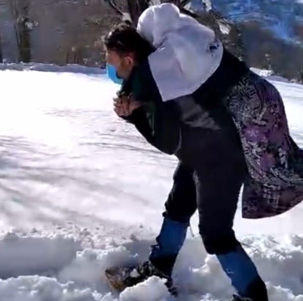 Karda yolu kapanan köydeki hastayı sırtlarında taşıdılar