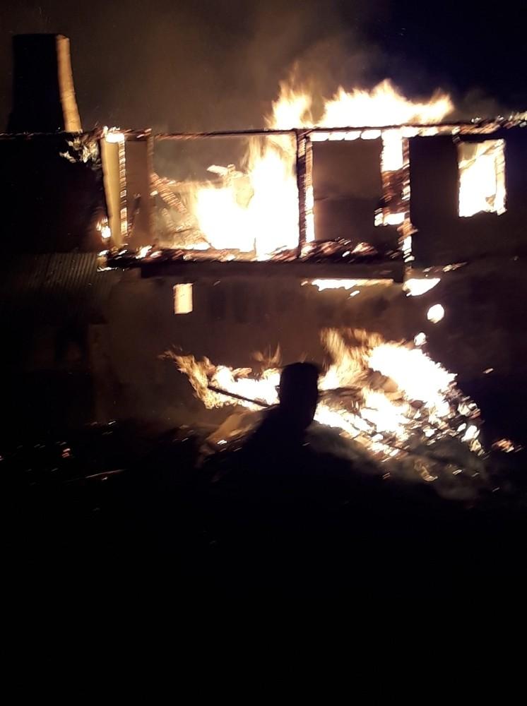 Yangında ahşap ev küle döndü