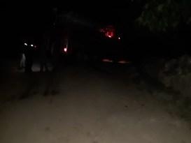 Alevlerin arasında kalan yaşlı kadını komşuları güçlükle evden çıkardı
