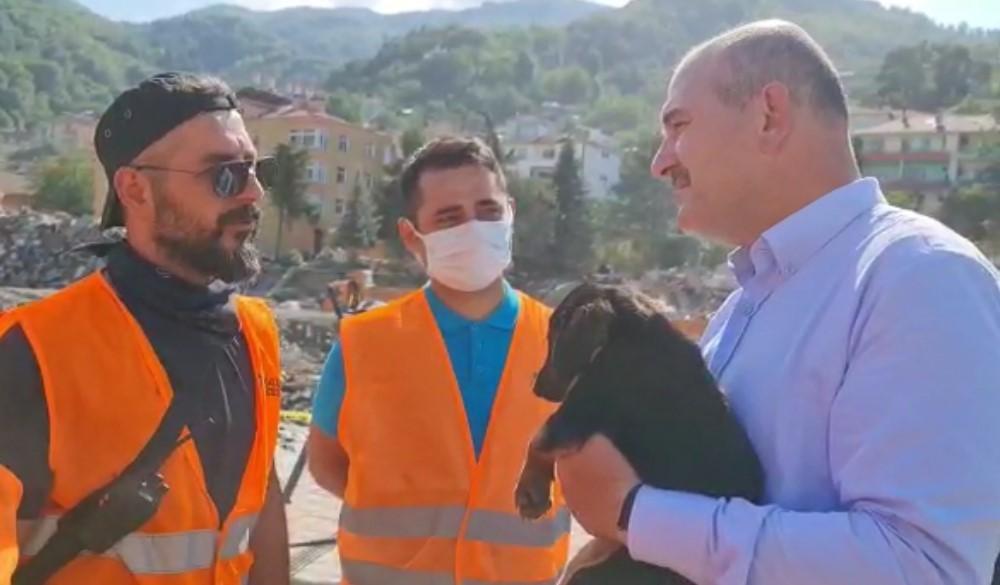Bakan Soylu, anne köpeğin ekipleri yönlendirmesi sonucu kurtarılan köpeğe 'Bozkurt' ismini verdi