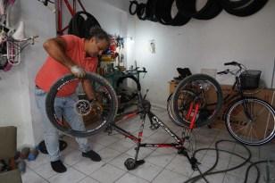 Afetzede bisikletçi, selde zarar gören bisikletleri ücretsiz tamir ediyor