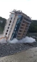 Selde zarar gören o müteahhidin bir apartmanı daha yıkıldı