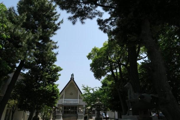 新緑が彩る境内と拝殿