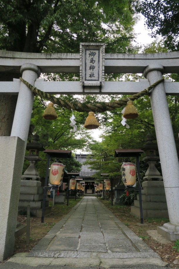 御馬神社参道から望む拝殿