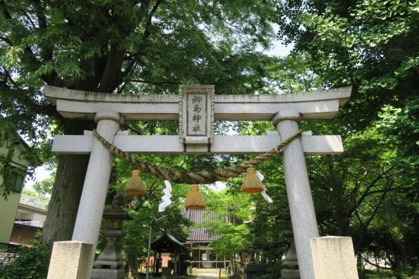 堂々とそびえる御馬神社の鳥居