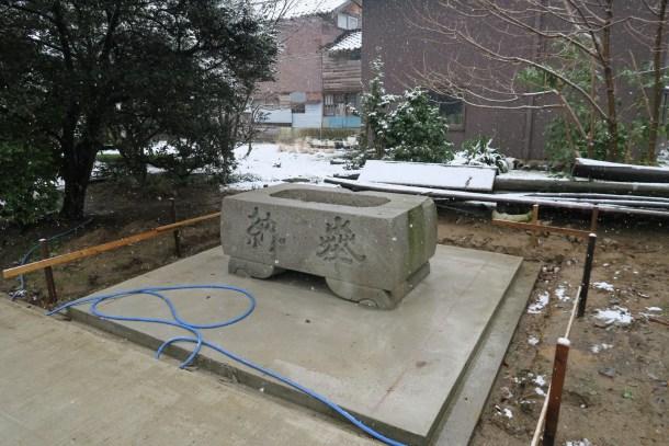 手水鉢にも立派な屋根が(予定)