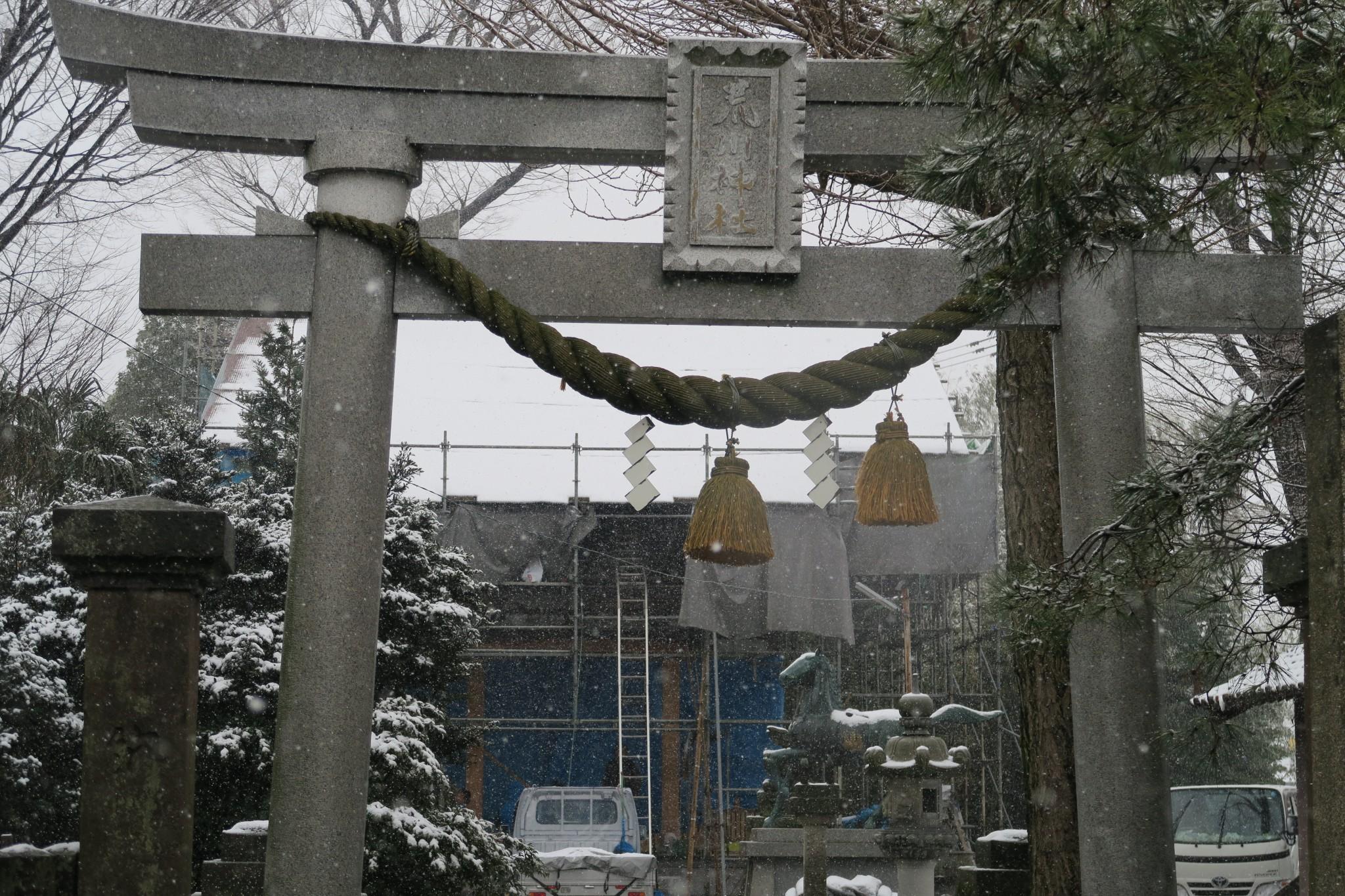 雪の中でも工事の進む拝殿