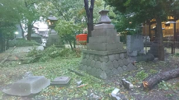倒壊した石灯籠1