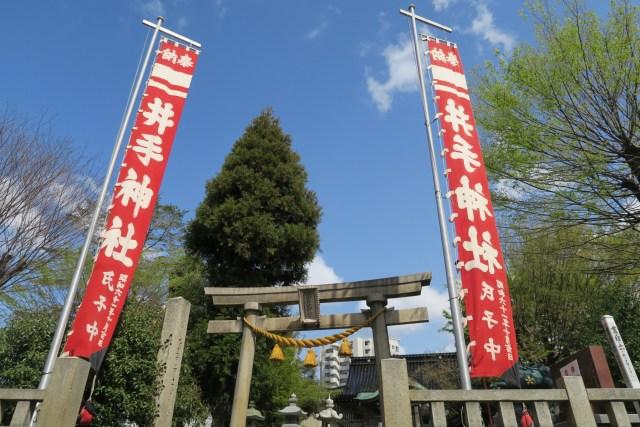 大祭には巨大な社名旗が幟として建てられます