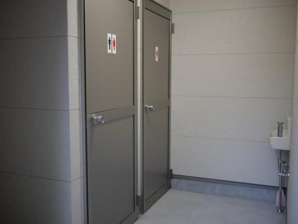 奥に洋式トイレが二つ