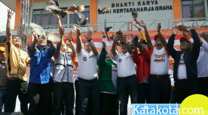 Caption: KPU kota Tangerang melaksanakan kampanye Pilkada damai yang di hadiri oleh Paslon Arief R. Wismansyah dan Sachrudin, Minggu (18/2). Dalam kesempatan itu KPU mengajak masyarakat untuk hadir di TPS pada 27 juni 2018 mendatang. Foto: Fajrin/Katakota