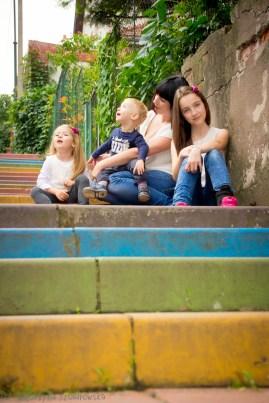 Matka z tróką dzieci na kolorowych schodach w Krakowie Podgórzu. Sesja rodzinna
