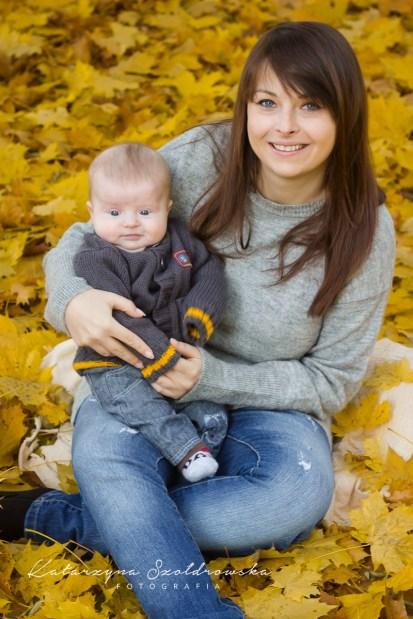 Fotografia matki z dzieckiem w Krakowie w jesiennym plenerze. Zdjęcie wykonał fotograf dziecięcy