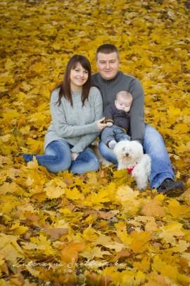 Zdjęcie rodzinne w plenerze w Krakowie. Sesja wykonana przez fotografa dziecięcego.