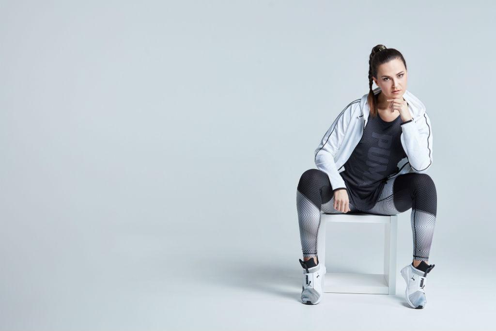 Katharina auf dem Stuhl sitzend im Sportoutfit