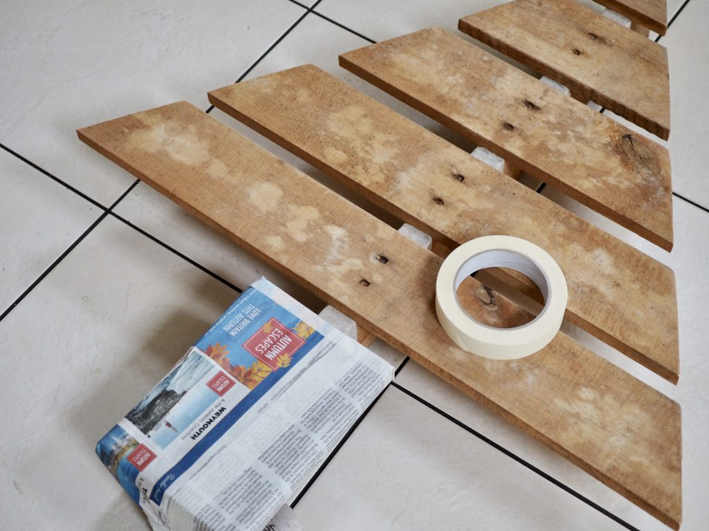 How to make a Santa Stop Here Christmas sign from wooden pallets