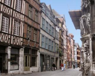 Vieux Rouen. Source: http://domaine-ecallaise.e-monsite.com/medias/images/rouen-rue-martainville.jpg