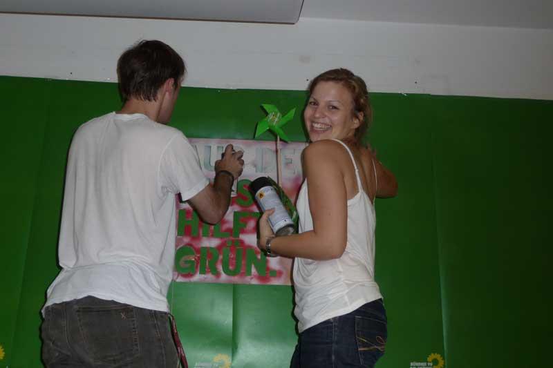 Katharina Schulze bastelt bei der Grünen Jugend ein Plakat.