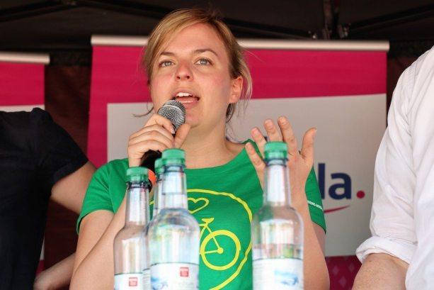 Katharina Schulze diskutiert auf der Podiumsdiskussion im Olympiapark   Fotograf Werner Müller
