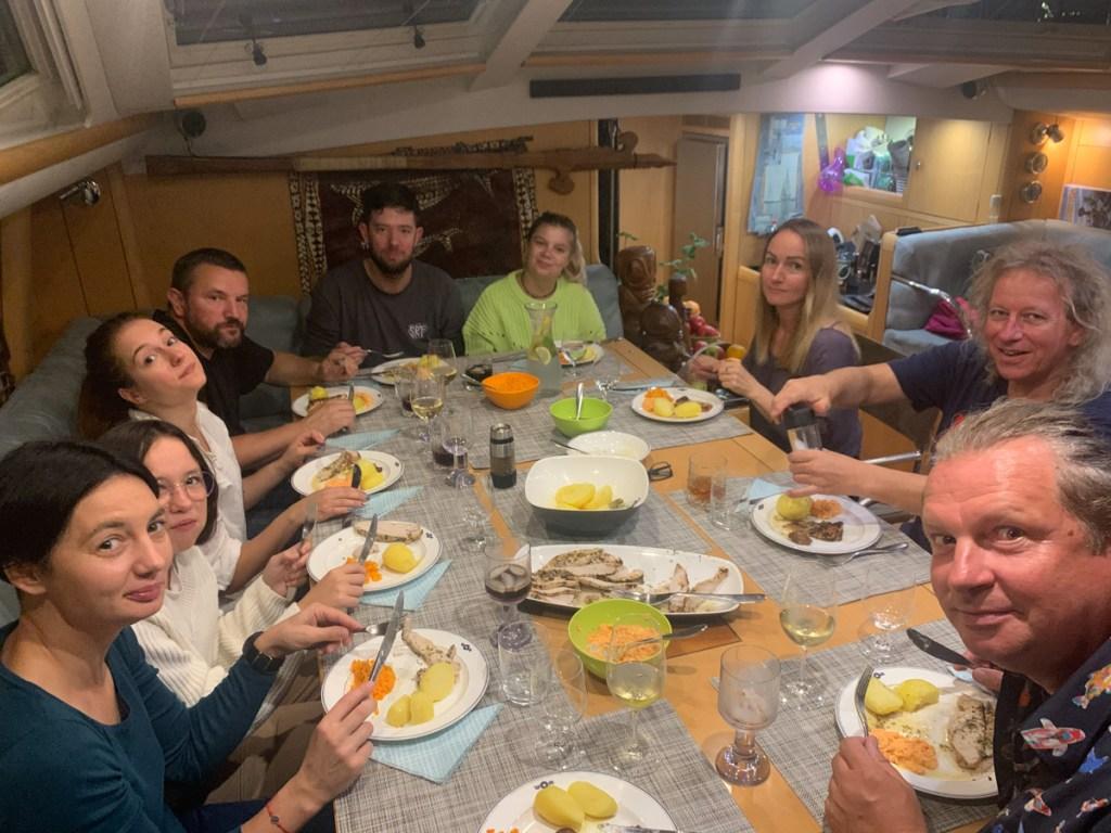 Przy niedzielnej kolacji stół musi być pełen gości