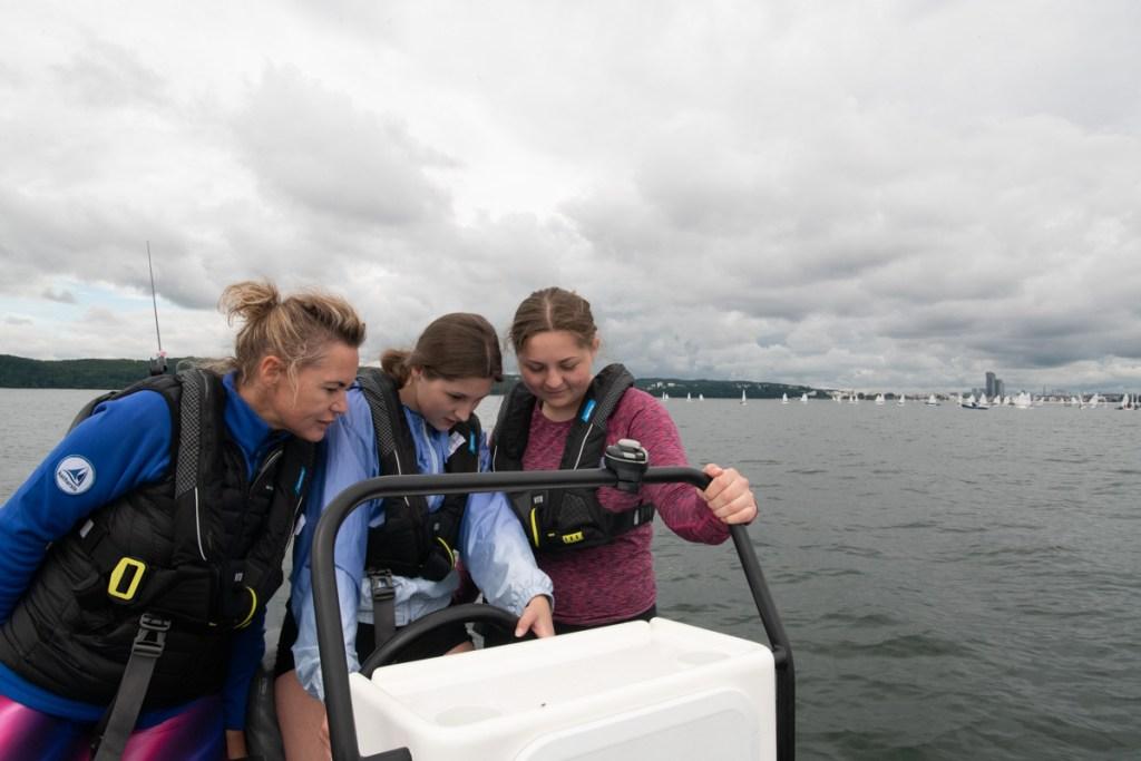 Basia, Jula i Ola w czasie szkolenia na pontonie przed portem w Gdyni