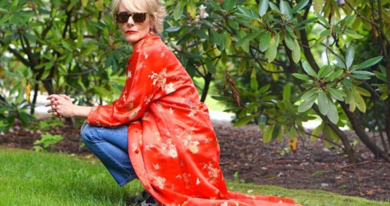 red kimono with jeans