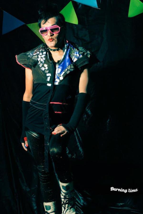 Diseñadora de Indumentaria peruana. Dj -Artista Frau Diamanda. Polera Mixta , desarrollada en disferentes texturas : algodón, versace.algodón licrado; aplicaciones en aluminio (reciclaje de latas ) , en cortes asimetricos, plastico en cinto cintura.