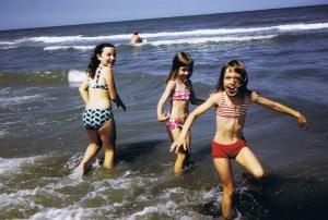 Met twee van mijn zusjes aan zee, 1974