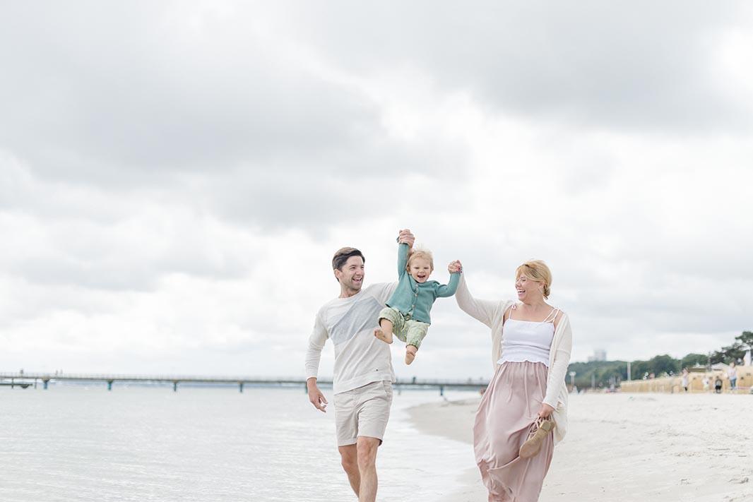 wundervolle Familienbilder an der Ostsee  Familienfotografie am Strand  Kathleen Welker
