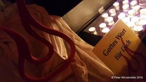 Kerzen anzünden und Gottes Wort lesen