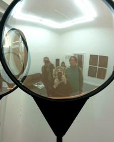 ich (mitte) und dieter söngen (rechts) vor einer arbeit im projektraum der produzentengalerie
