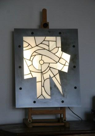 """EXCLUSIF !!!! Découvrez les tableaux lumineux, objets d'art et de décoration, pour faire de la lumière un élément esthétique autant qu'un mode d'éclairage. Ce modèle, appelé """"Light Industry"""", monté en vitrail Tiffany dans une structure acier découpée au laser, est constitué d'une dizaine de verres américains opalescents de couleur blanche mais de différentes structures (stries, vagues, lisses, aspect papier froissé....). Le cadre en acier vernis mat a été travaillé pour obtenir cet aspect légèrement rouillé pour une ambiance loft très contemporaine Le rétro-éclairage de 2 tubes fluorescents insérés dans la structure acier assure un éclairage d'ambiance extrèmement doux et très lumineux. Ces tubes d'une consommation de 8 W chacun peuvent être changés très facilement en otant le panneau vissé au dos du tableau. Accroché à votre mur à la manière d'un tableau à l'aide de ses crochets de suspension, """"Light Industry"""" peut aussi être posé sur un meuble, contre un mur ou encore sur un chevalet (non fourni). Dans tous les cas, il vous assurera une ambiance lumineuse et ne passera pas inaperçu, qu'il soit allumé..... ou éteint.... Largeur 44 cm, hauteur 54 cm, épaisseur 4 cm"""