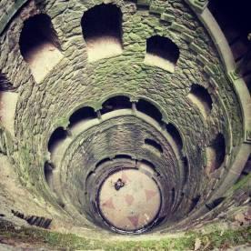 Der Brunnen im Garten von Quinta da Regaleira