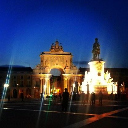 Der Platz bei Nacht - mit König José I. und dem Arco da Rua Augusta