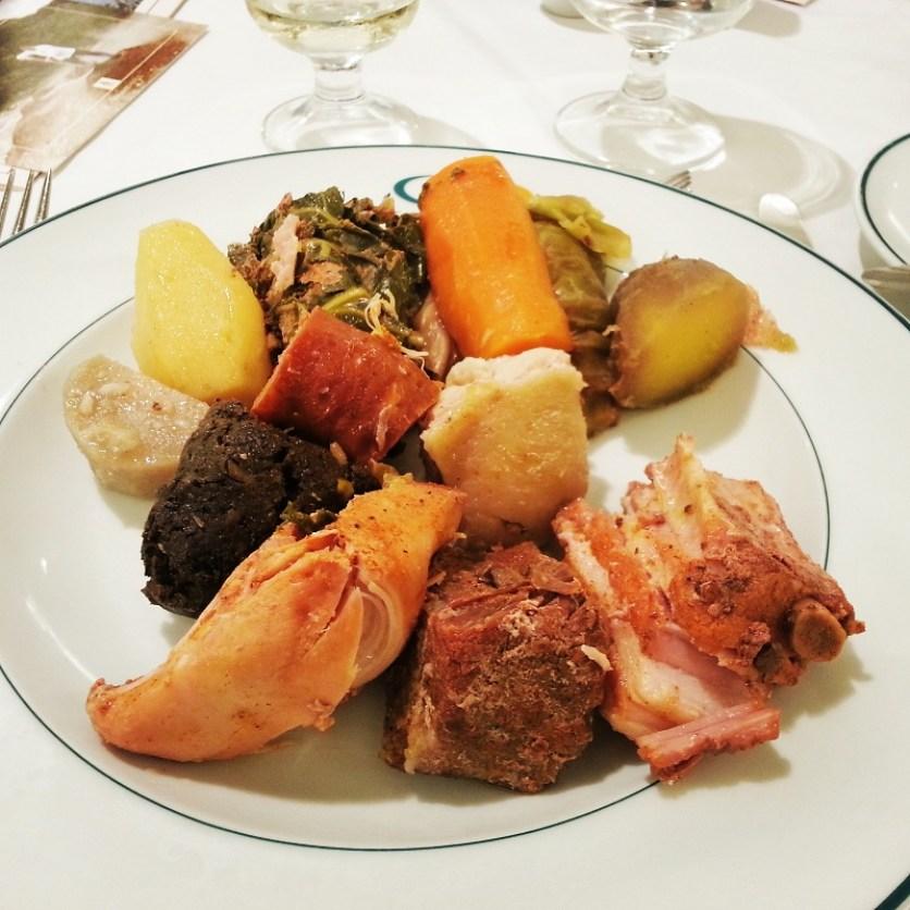 Der Eintopf mit Fleisch, Wurst und Gemüse gart sechs Stunden unter der Erde