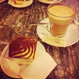 Kaffee und Tiramisu - italienischer geht's wohl kaum.