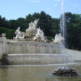 Detailreiche Statuen: der Neptunbrunnen