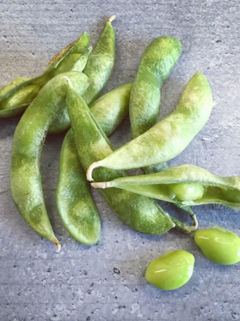 Edamame - gekochte grüne Sojabohnen in der Hülse