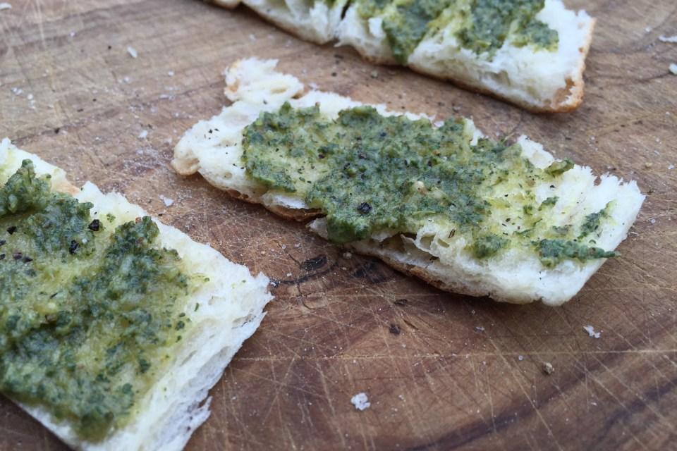 Geröstetes Brot mit frischem Salbei-Pesto.