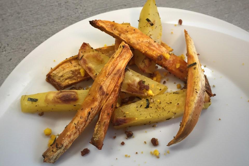 Süßkartoffel-Pommes und Potatoe-Wedges mit Furikake.