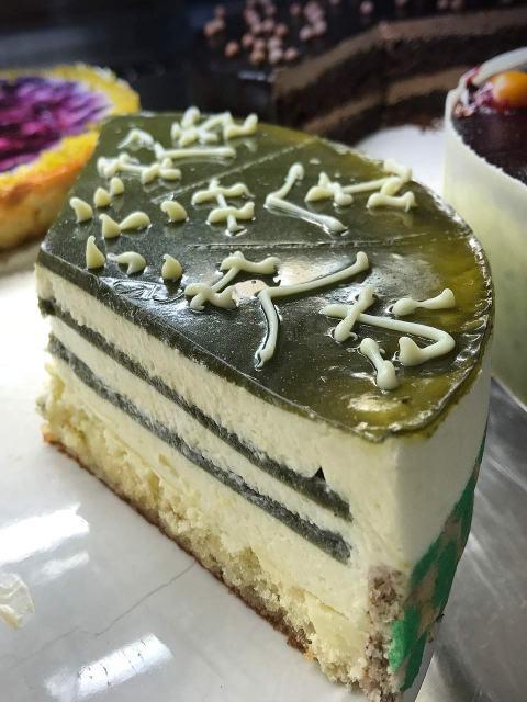 Im Kuchenparadies im Kaffee Pakolat: die feine Matcha-Torte mit weißer Schokolade.