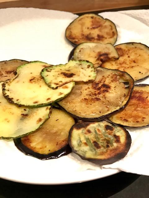 Die angebratenen Zucchini- und Auberginenscheiben abtropfen lasen.