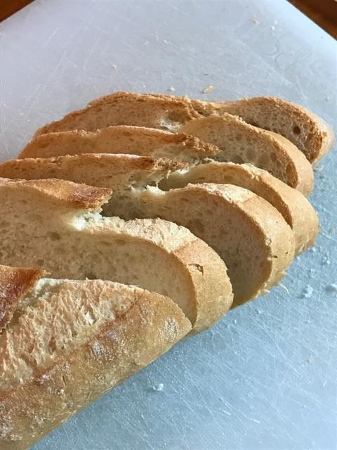 Für die Crustini wird Landbrot vom Vortag in Scheiben geschnitten.