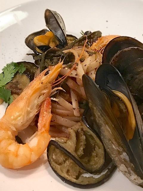 Tagliatelle Marinara mit gebratenen Zucchini, Auberginenscheiben, Scampi, Miesmuscheln und Seetang.