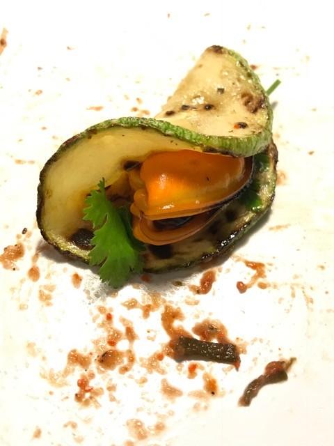 Angebratene Zucchinischeibe mit eingewickelter Miesmuschel.