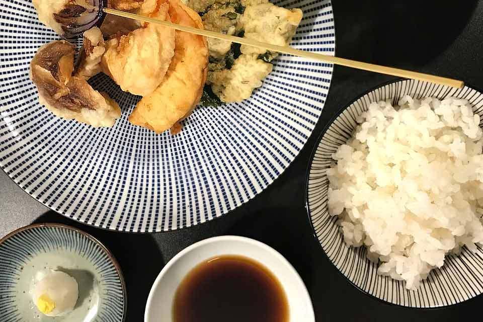 Ein Set aus Tempura, Misosuppe, Reis und Dipp.